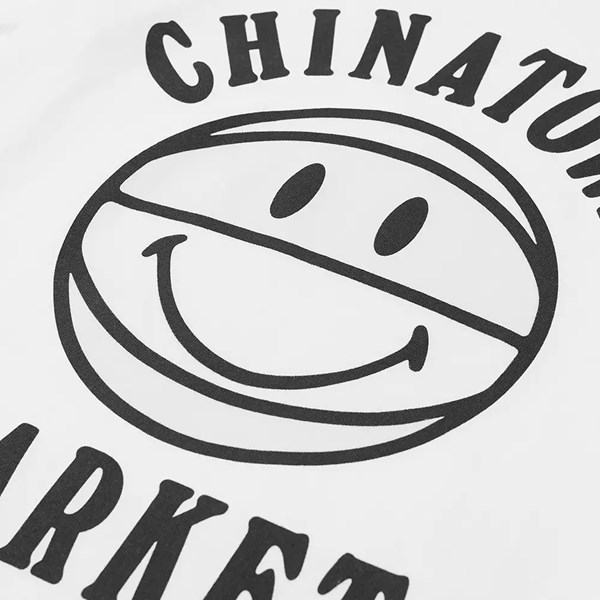 CHINATOWN MARKET SMILEY UV BBALL SS TEE WHITE